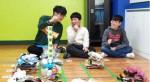 19-20 크리에이티브 리그에서 대상을 차지한 꽃바람(꽃동네학교)팀의 미션 활동 모습. 미션을 해결하고자 팀원간에 토론과 협력 과정을 통해 프로그래밍하여 대시를 움직이는 모습