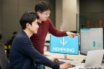 LG CNS 사내벤처 햄프킹의 김승현 대표와 양자성 CTO가 통관 자동화 솔루션을 점검하고 있다