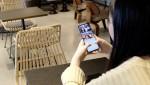 그룹영상통화 앱 스무디에서 AR스티커와 텍스팅 기능을 활용한 영상통화를 즐기는 유저들