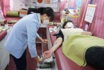 누림센터 직원이 헌혈을 하고 있다.
