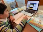 서울의 한 가정에서 초등학교 4학년 학생이 e학습터로 온라인 수업을 듣고 있다