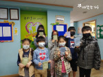 따뜻한하루를 통해 삼성전자와 신한은행 임직원이 기부한 마스크를 전달받은 아이들