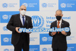 왼쪽부터 필립 르포르 주한 프랑스 대사가 서울대학교 연구공원의 국제백신연구소(IVI)를 방문하는 가운데 제롬 김 IVI 사무총장과 포즈를 취하고 있다