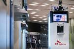 코로나19 방역로봇이 UV램프를 이용해 ATM기를 방역하고 있다