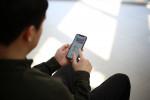 사용자가 스마트폰에서 비주얼캠프의 시선 분석을 체험해보고 있다