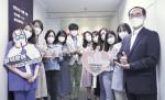 오른쪽 생명보험재단 송기정 상임이사와 임직원들이 코로나19 대응 위해 최전선에서 싸우는 의료진 응원 캠페인 덕분에 챌린지에 동참했다