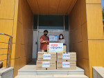 두리플러스가 기증한 의류가 행정복지센터에 전달되고 있다