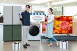 삼성전자 모델들이 삼성 디지털프라자 강남본점에서 8월 31일까지 연장 운영하는 소상공인 대상 특별 이벤트를 소개하고 있다