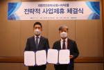 오른쪽부터 대한안과의사회 황홍석 회장과 닥플 김성현 대표가 전략적 사업 제휴 체결을 마친 후 기념사진 촬영을 하고 있다