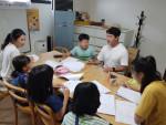 왼쪽부터 한국외대 김민혜 학생, 단국대 홍범의 학생이 지역아동센터에 파견돼 아이들에게 학습 지도를 하고 있다