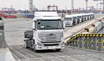 현대자동차가 엑시언트 수소 전기 트럭 10대를 스위스로 수출하기 위해 글로비스 슈페리어호에 선적하고 있다