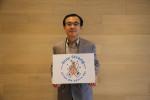 김홍기 한국 SAP 사용자 그룹 회장이 스테이 스트롱 캠페인에 참여하고 기념촬영을 하고 있다