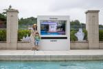 삼성전자가 서울신라호텔 야외 수영장 어번 아일랜드에 더 테라스를 설치했다
