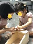숲 체험에 참여한 가족이 목공예체험으로 제공된 화분 걸이를 만들고 있다