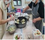 불규칙한 식습관으로부터 건강문제 해결을 하기 위해 1인 가구 교육생들이 반찬을 만들고 있다