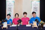 왼쪽부터 김하나 작가, 안미옥 시인, 황인찬 시인, 오은 시인이 시인과 독자가 함께하는 언택트 책읽아웃 공개방송을 하고 기념촬영을 하고 있다