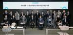 'K-뉴딜위원회 데이터 댐 정책간담회'가 열린 가운데 김용우 더존ICT그룹 회장(사진 앞줄 왼쪽부터 세 번째)과 이해찬 더불어민주당 대표(사진 앞줄 왼쪽부터 다섯 번째)를 비롯한 참석자들이 기념 촬영을 하고 있다