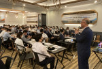굿모닝아이텍 임직원들이 쿠우쿠우 상암점에서 창립 16주년 기념 행사를 진행하고 있다