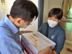 수원과학대학교 항공관광과 교수진이 직접 장애인 가정에 추석명절 키트를 전달하고 있다