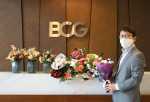 김도원 BCG코리아 대표파트너가 '플라워 버킷 챌린지'에 참여하며 기념 촬영을 하고 있다