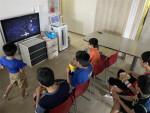 웨이브 이용권을 수령한 한 거주시설에서 이용인들이 의논해 직접 선택한 영화 어벤져스4를 시청하고 있다