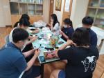 청소년 동아리 활동으로 자신만의 '양말인형'을 만들고 있는 모습
