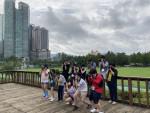 청소년들이 보라매공원 내에서 자연과 사물을 관찰하면서 카메라 앵글에 담아보고 있는 모습