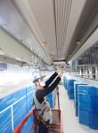LS전선 직원이 버스덕트를 설치하고 있다