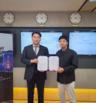 왼쪽부터 비욘드코드 김민규 대표와 핫빗코리아 박병훈 대표가 협약을 맺고 있다