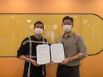 왼쪽부터 스테이션니오 장지현 대표이사, 하프스 장재용 대표이사가 업무협약을 체결하고 기념 사진을 찍고 있다
