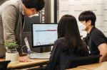 베스핀글로벌 직원들이 클라우드 이상 비용 탐지 솔루션 화면에서 데이터를 분석하고 있다