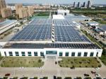 중국 지닝 소재 이튼의 자동차 그룹 공장에 태양열 지붕이 설치되어 생산시설을 위한 전기를 생산하고 있다