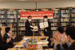사진 왼쪽부터 한국아동복지협회 신정찬 회장과 다산북스 김선식 대표가 업무 협약 체결 후 사진을 찍고 있다