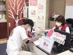 헌혈카페 신림점에서 헌혈자를 대상으로 조혈모세포 기증희망등록을 안내하는 모습(한국조혈모세포은행협회 기증증진팀 장진호 팀장)