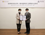 왼쪽부터 한국마이크로소프트 이지은 대표와 메가존클라우드 이주완 대표가 협약식을 갖고 기념 촬영을 하고 있다