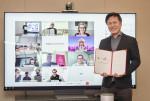 SKT 서울 을지로 본사 회의실에서 박정호 사장과 화면 첫줄 두 번째 팀 회트게스 도이치텔레콤 회장이 영상 회의를 통해 '5G 기술 합작회사' 설립 최종 계약을 체결했다