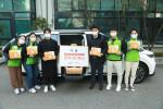 스낵24 김대현 이사와 초록여행 직원들이 초록여행 차량 앞에서 기념 촬영을 하고 있다