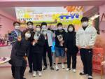 송파희망세상지역아동센터 선생님과 학생들이 단체 기념사진을 찍고 있다