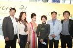 한국시니어스타협회 관계자들이 시사회를 마친 뒤 배우 진미령 등 참석자들과 기념 사진을 촬영하고 있다