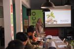 한국사회투자가 KOICA 민관협력사업으로 진행하고 있는 '인도네시아 사회문제해결 혁신창업 지원 강화 사업'에서 한 멘토가 청년 창업 교육을 위해 소셜 벤처에 대한 강의를 진행하고 있다