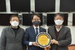 한국자동차튜닝산업협회 관계자들이 더불어민주당 이원욱 의원과 수여전달식을 마친 뒤 기념 촬영을 하고 있다