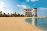 기다림은 이제 그만. 두바이의 상징적인 라 메르 휴양지의 햇살 가득한 해안에 위치한 로브 라 메르 비치가 개관했다