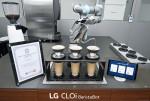로봇 브루잉 마스터 자격증을 획득한 LG 클로이 바리스타봇이 커피를 만들고 있다