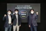 왼쪽부터 삼성전자 무선사업부 AI팀 우경구 상무, 카카오브레인 박승기 대표, SKT 김윤 CTO가 AI 공동 연구 파트너십을 체결하고 기념촬영을 하고 있다