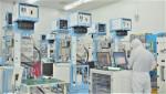 반도체 장비 기업 '원익IPS' 직원들이 반도체 생산설비를 점검하고 있다