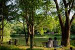 서울숲 중앙호수에서 휴식하고 있는 시민들