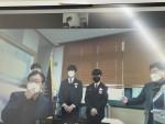 왼쪽부터 2학년 윤균한, 김동민 학생이 화상으로 장학금을 전달 받고있다