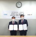 왼쪽부터 한국필의료재단 김성호 이사장과 아이도트 정재훈 대표가 아이도트 회의실에서 투자 계약식 및 공동 사업 협약식 이후 기념 촬영을 하고 있다