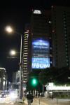 이토추가 도쿄 본사 외벽에 프로젝션 맵핑 이미지를 전시하고 있다