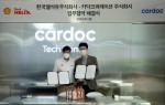 왼쪽부터 김준 한국쉘석유 마케팅 매니저와 이준노 카닥코퍼레이션 대표가 업무 협약을 체결하고 기념 촬영을 하고 있다